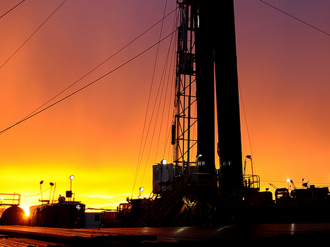 原油価格が急落中!家計は助かるが中東の国とロシアは破産危機に!